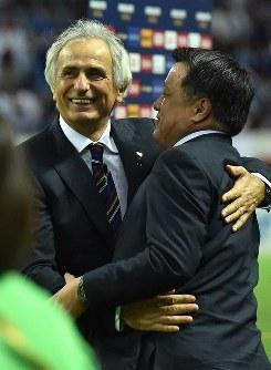 【日本―イラク】試合終了後、日本サッカー協会の田嶋幸三会長(右)と抱き合って喜ぶハリルホジッチ監督=埼玉スタジアムで2016年10月6日、宮間俊樹撮影
