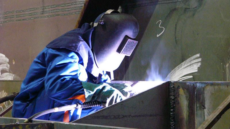 ポーランド・グダニスク造船所で、溶接作業中の北朝鮮労働者=2006年11月27日、会川晴之撮影