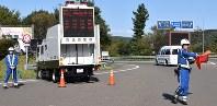 交通取り締まりにあたる県警高速隊員=仙台市青葉区の仙台宮城インターチェンジで