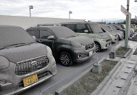 Cars are covered with volcanic ash in Aso Kumamoto Prefecture. (Mainichi)