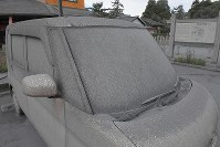 A car is covered with volcanic ash in Aso, Kumamoto Prefecture, on Oct. 8, 2016. (Mainichi)