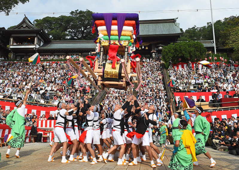 A Float Soars Into The Air While Spectators Watch At Suwa Shrine In Nagasaki On Oct 7 2016 Mainichi