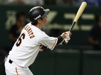 三回裏巨人2死、巨人の坂本が同点の左越えソロ本塁打を放つ=東京ドームで2016年10月9日、小出洋平撮影