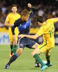 【オーストラリア―日本】前半、相手選手とボールを奪い合う本田(中央)=オーストラリア・メルボルンで2016年10月11日、長谷川直亮撮影