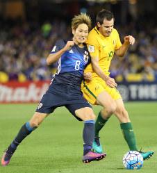 【オーストラリア―日本】前半、相手選手とボールを奪い合う原口(左)=オーストラリア・メルボルンで2016年10月11日、長谷川直亮撮影