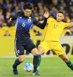 【オーストラリア―日本】前半、相手選手とボールを奪い合う森重(左)=オーストラリア・メルボルンで2016年10月11日、長谷川直亮撮影