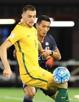 【オーストラリア―日本】前半、相手選手とボールを奪い合う槙野(右)=オーストラリア・メルボルンで2016年10月11日、長谷川直亮撮影