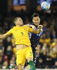 【オーストラリア―日本】後半、ヘディングで競り合う吉田(右)とオーストラリアのユリッチ=オーストラリア・メルボルンで2016年10月11日、長谷川直亮撮影