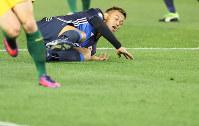 【オーストラリア―日本】後半、相手選手と競り合い、ピッチに倒される本田=オーストラリア・メルボルンで2016年10月11日、長谷川直亮撮影