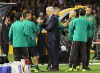 【オーストラリア―日本】1-1の引き分けで、勝ち点1を獲得し、チームスタッフと喜ぶハリルホジッチ監督=オーストラリア・メルボルンで2016年10月11日、長谷川直亮撮影