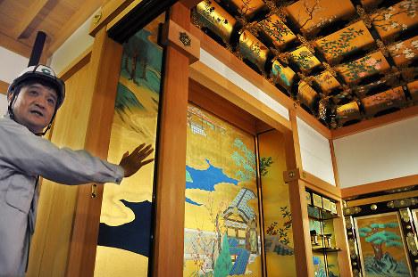 2度の地震に耐え、無事だった本丸御殿「昭君之間」の障壁画=熊本市中央区の熊本城で2016年10月12日午前9時29分、野呂賢治撮影