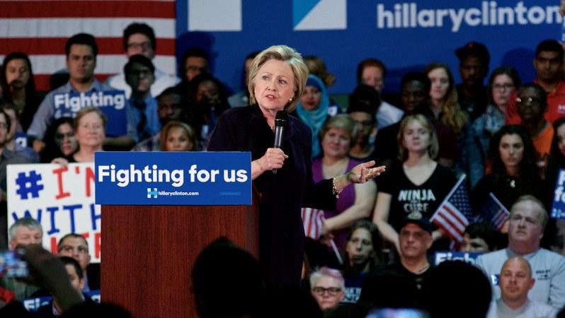 演説を行うヒラリー・クリントン氏