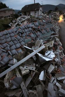 倒壊した家屋が残り、夜は人通りも少ない住宅地=熊本県益城町で、和田大典撮影