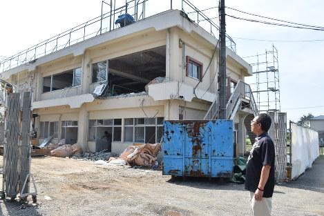 解体中の本館を見つめる山崎施設長