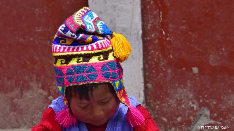 遺跡近くで暮らす先住民の男の子