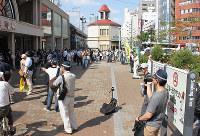 神戸市内でもたびたびヘイトスピーチを伴うデモや街宣が行われてきた=神戸市中央区のJR元町駅前で、2013年6月
