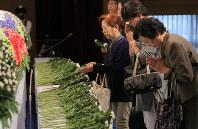 熊本市の慰霊式で献花する参列者たち=熊本市で2016年10月15日午前11時4分、和田大典撮影