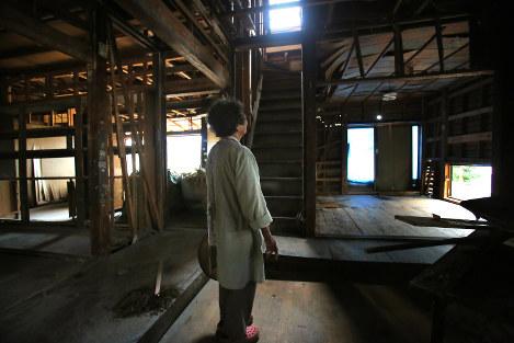 使える家財道具が取り出され、解体を待つ自宅で荒木さんは「家族の住む場所はバラバラになってしまって寂しいけど、自然災害は宿命と思って受けとめるしかないと思ってます」=熊本県益城町で2016年10月3日、和田大典撮影