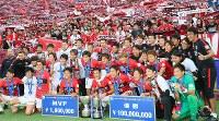 【ガ大阪―浦和】ルヴァン・カップで優勝し、サポーターと記念写真に納まる浦和の選手たち=埼玉スタジアムで2016年10月15日、長谷川直亮撮影