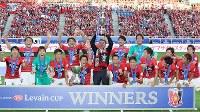 【ガ大阪―浦和】】ガ大阪に勝利し優勝を決めて喜ぶ浦和の選手たち=埼玉スタジアムで2016年10月15日、宮武祐希撮影