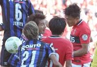 【ガ大阪―浦和】】後半、浦和の李(右)がゴールを決める=埼玉スタジアムで2016年10月15日、宮武祐希撮影