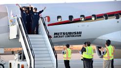 グラント郡国際空港に到着し、歓迎を受けるMRJのパイロットら=米西部モーゼスレークで2016年9月28日午後6時26分、竹地広憲撮影
