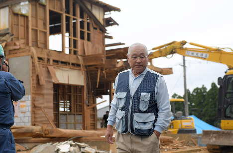 自宅の解体作業に立ち会う永田秀春さん=熊本県西原村で2016年10月12日、津村豊和撮影