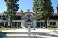 人気ドラマ「ビバリーヒルズ高校白書」の撮影に使われた高校の本館=米ロサンゼルス郡トーランスで、長野宏美撮影