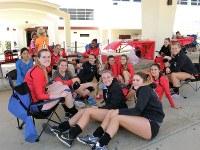 構内では、女子バレーボールの対抗戦に参加した高校生がくつろいでいた=米ロサンゼルス郡トーランスで長野宏美撮影