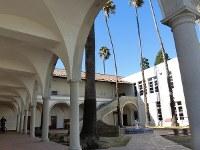 人気ドラマ「ビバリーヒルズ高校白書」の撮影で使われた中庭=米ロサンゼルス郡トーランス高で、長野宏美撮影