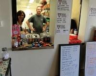 女子バレーボールチームの資金集めのため体育館で飲食物を売る保護者=米ロサンゼルス郡トーランス高で、長野宏美撮影