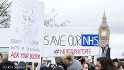 ビッグベンの近くの病院前で行われたジュニアドクターのデモ=ロンドンで2016年3月