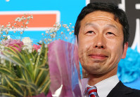 Candidate Ryuichi Yoneyama celebrates his win in the gubernatorial election in Niigata Prefecture, on Oct. 16, 2016, in Niigata City, Japan. (Mainichi)