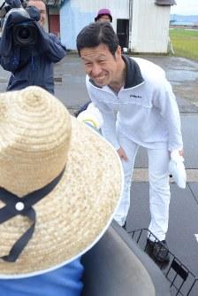 当選から一夜明け、住民にあいさつする米山氏=新潟県魚沼市で2016年10月17日午前6時56分、柳沢亮撮影