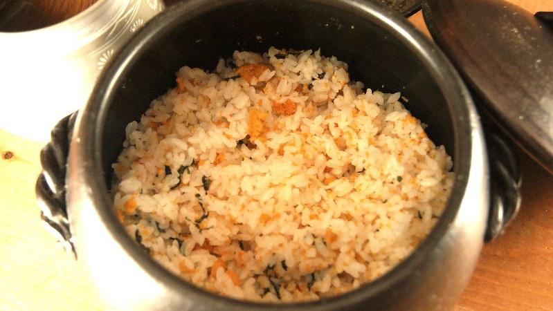 「うにの土鍋ご飯」(2400円税別、以下同)は2〜3人向けの内容。そのぜいたくさに驚きの声が上がるだろう