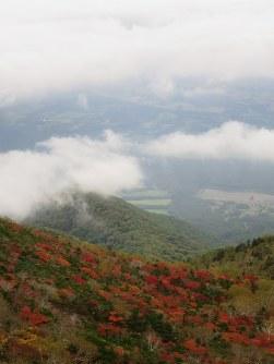 赤や黄に色付く岩手山の鬼ケ城コースの斜面=岩手県雫石町で2016年10月3日、奥山智己撮影