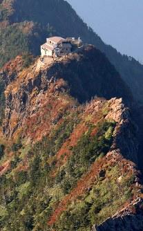 石鎚山山頂付近の山肌に広がる紅葉=愛媛県で2016年10月12日、本社ヘリから望月亮一撮影