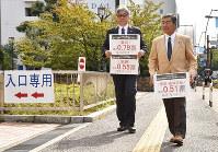 裁判所に向かう原告側の立野省一弁護士(右)と植松浩司弁護士=高松市で、山口桂子撮影