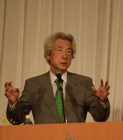Former Prime Minister Junichiro Koizumi gestures as he speaks at a hotel in Matsumoto, Nagano Prefecture, on Oct. 18, 2016. (Mainichi)