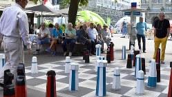 街頭でチェスを楽しむ高齢者たち=ベルン市内で2016年8月31日、坂井隆之撮影