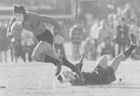 伏見工が初優勝した1980年度の第60回全国高校ラグビー大会で躍動するSO平尾誠二