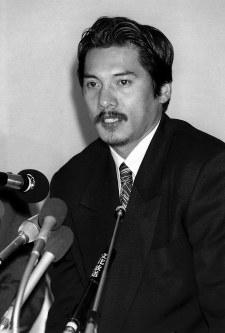 日本代表監督就任の記者会見をする平尾新監督=東京都港区で1997年2月19日