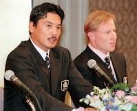 ラグビーW杯への出発を前に抱負を述べる日本代表の平尾誠二監督(左)。右はマコーミック主将=1999年9月20日撮影