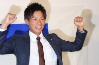 オリックスから1位指名を受け、ガッツポーズを見せる山岡泰輔投手=大田区の東京ガス大森グラウンド横のクラブハウスで、2016年10月20日午後6時51分2016年10月20日午後6時51分、大迫麻記子撮影