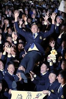 ソフトバンクから1位指名を受け、野球部員らに胴上げされる創価大野球部の田中正義投手=東京都八王子市の創価大で2016年10月20日午後6時半、後藤由耶撮影