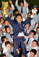 ヤクルトから1位で指名され、胴上げされる履正社の寺島成輝投手=大阪府豊中市で2016年10月20日午後6時46分、望月亮一撮影