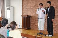 漫才で特殊詐欺被害防止などを呼び掛ける「ひめころん」=松山市三番町1の八坂公民館で、木島諒子撮影