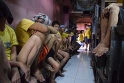 麻薬撲滅政策が進む中、受刑者であふれかえるマニラ首都圏の刑務所=2016年9月27日、平野光芳撮影