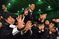 チームメートらに肩車され4位指名の喜びを表現する笠原投手(中央)=新潟市北区で
