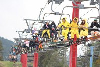Snowboarders dressed up in various costumes are seen on lifts at the Yeti ski resort in Susono, Shizuoka Prefecture, on Oct. 21, 2016. (Mainichi)